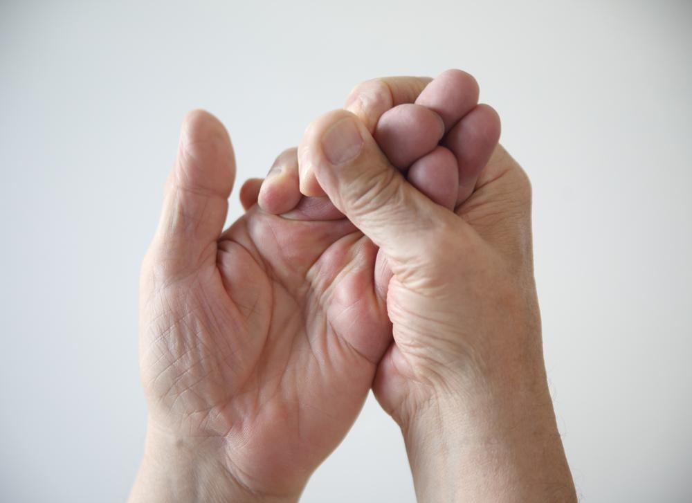 Två händer, den ena greppar den andra